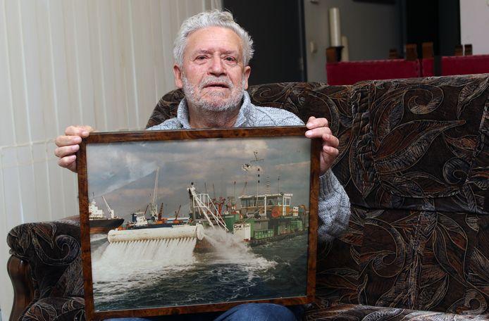 Schipper Pierre Steenhuysen toont een foto van het schip waar hij al jaren mee vaart.
