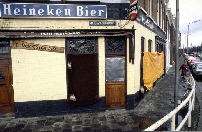 Het afgesloten café 't Koetsiertje in Delft (Zuid-Holland) daags na de feiten.