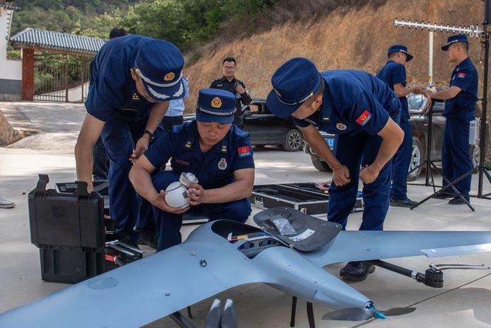 Een drone wordt klaargemaakt om de olifanten te volgen.