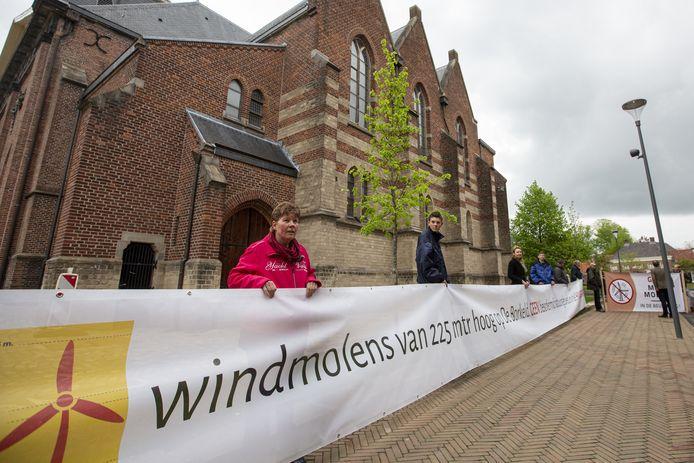 Vooral bewoners van het buitengebied protesteren in Rijssen-Holten tegen de komst van megawindmolens. Ze stonden dinsdagavond ook weer bij het Rijssense stadhuis.