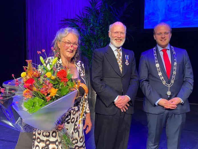 De koninklijk onderscheiden Cas Weijkamp (midden) met zijn echtgenote en burgemeester Joris Bengevoord.