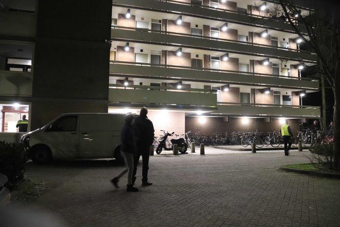 Hulpdiensten bij de flat aan de Osse Lisztgaarde, waar in februari 2019 Peter Hovens om het leven werd gebracht.
