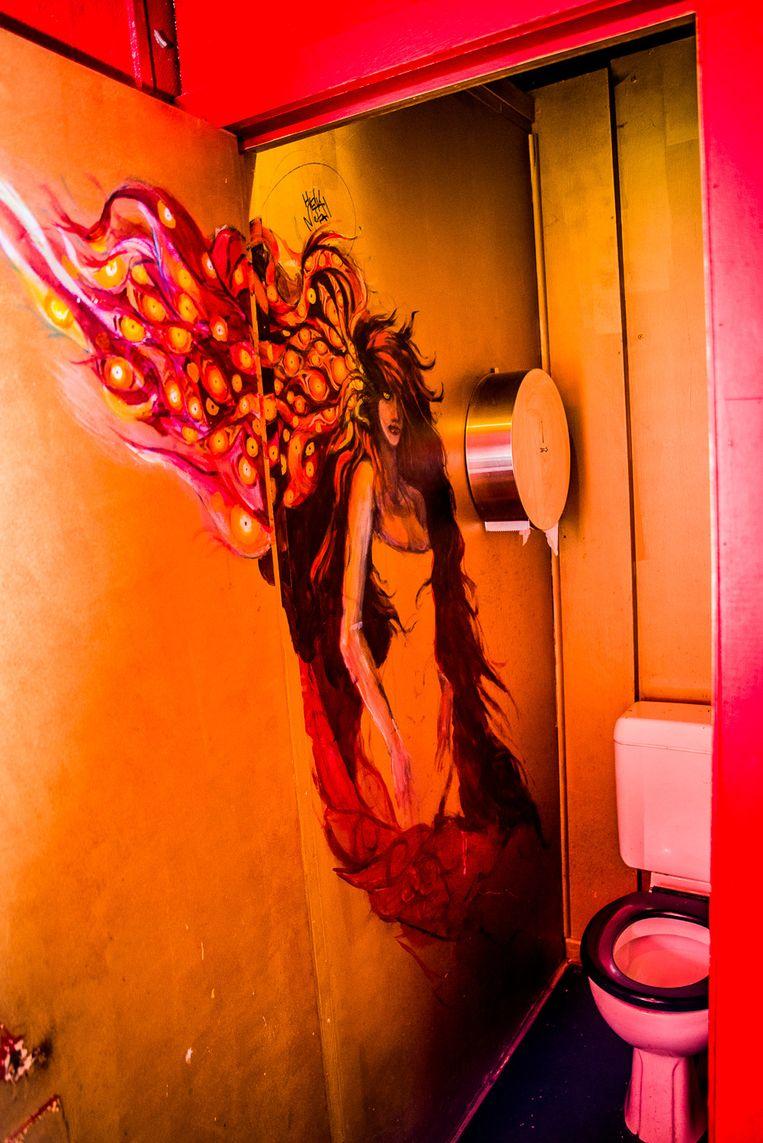 Gigi de Murel in damestoilet van café Jos. Beeld A. Gyseflinck