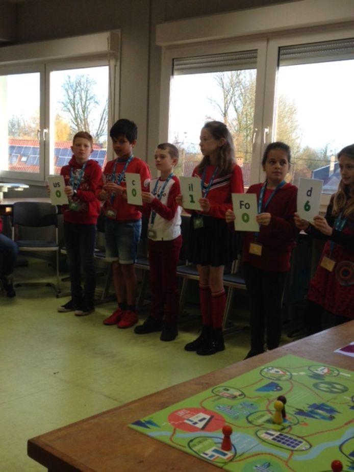 De leerlingen speelden een interactief detectivespel.