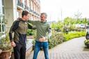 Op neutraal terrein is de ontmoeting hartelijk tussen de voetbalvrienden Bert Konterman en Kees van Wonderen.