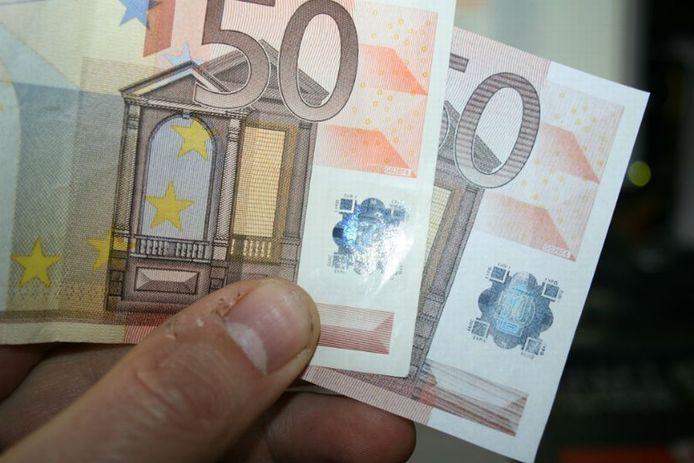 Een echt (links) en een vals (rechts) vijftig eurobiljet vergeleken. Foto Peter Zandee