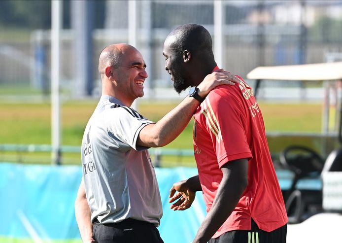 Roberto Martínez in een blij wederzien met Romelu Lukaku op de eerste training van de Rode Duivels richting EK toe.