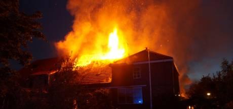 Uitslaande schuurbrand slaat over op woningen in Genderen: 'Ik hoorde een klap en zag vuur, veel vuur'