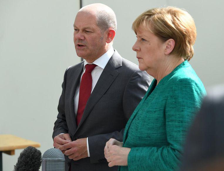 De burgemeester van Hamburg Olaf Scholz met Angela Merkel. Beeld reuters