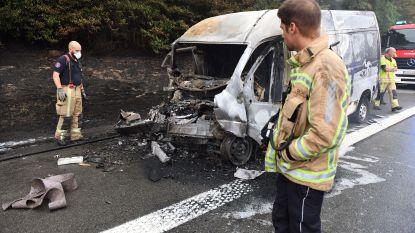 Bestelwagen meegesleurd en uitgebrand na botsing met oplegger op E40