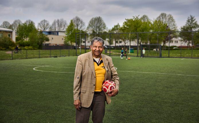 """Iwan Lemmers (82) op het Johan Cruyff Court achter zijn woning: ,,Voetbal laat me nooit meer los."""""""