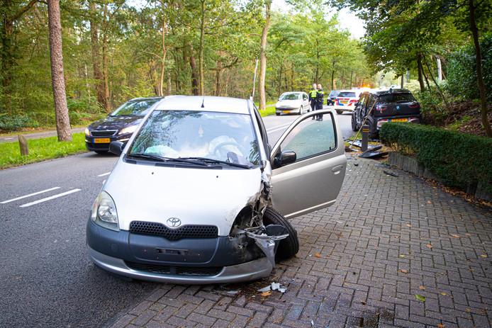 Een van de beschadigde auto's na het ongeluk.