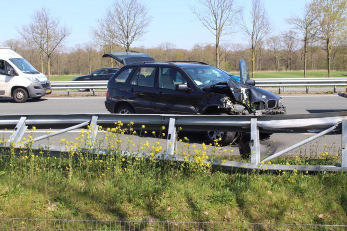 BMW botst op vrachtwagen en komt tot stilstand tegen de vangrails