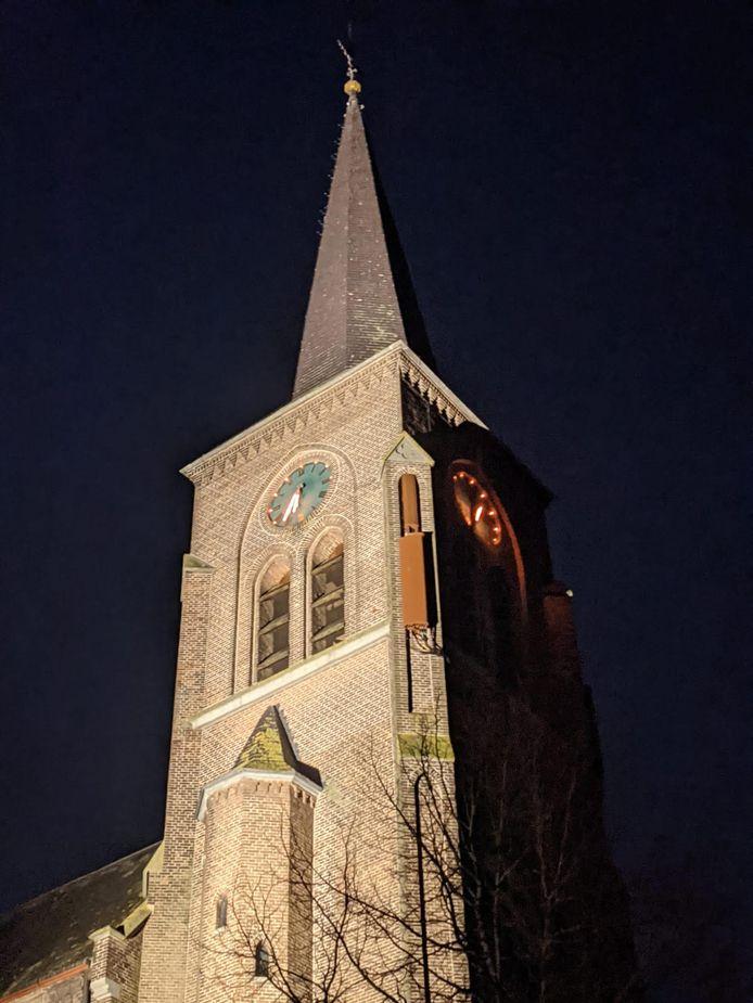 De bruine kasten aan de kerktoren zijn sommige Megenaren een doorn in het oog.