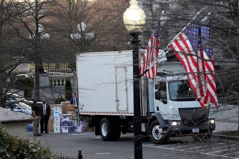 De verhuis van Donald Trump uit het Witte Huis is in volleg gang. Donderdag gingen deze volle dozen de verhuiswagen in. Beeld AP