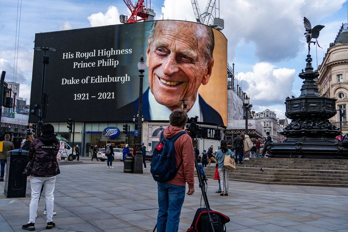 Een eerbetoon aan prins Philip op de grote schermen op Piccadilly Circus in Londen.