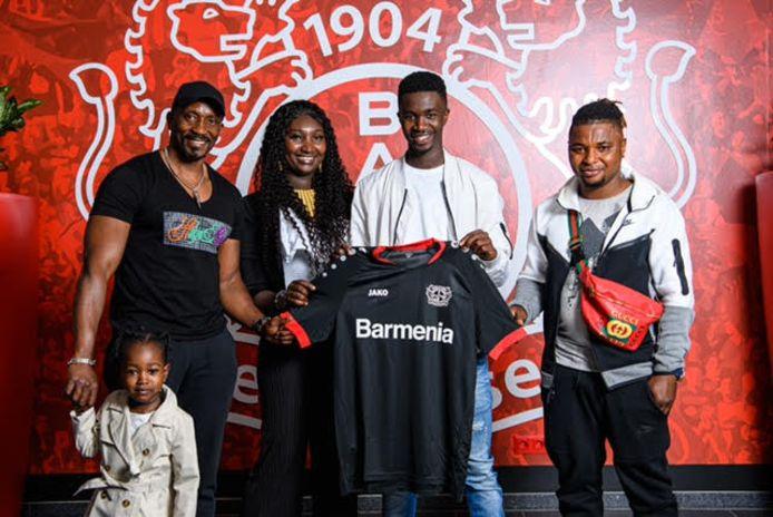 De Arnhemse voetballer Abdul Sesay (16) poseert met zijn familie bij Bayer Leverkusen.