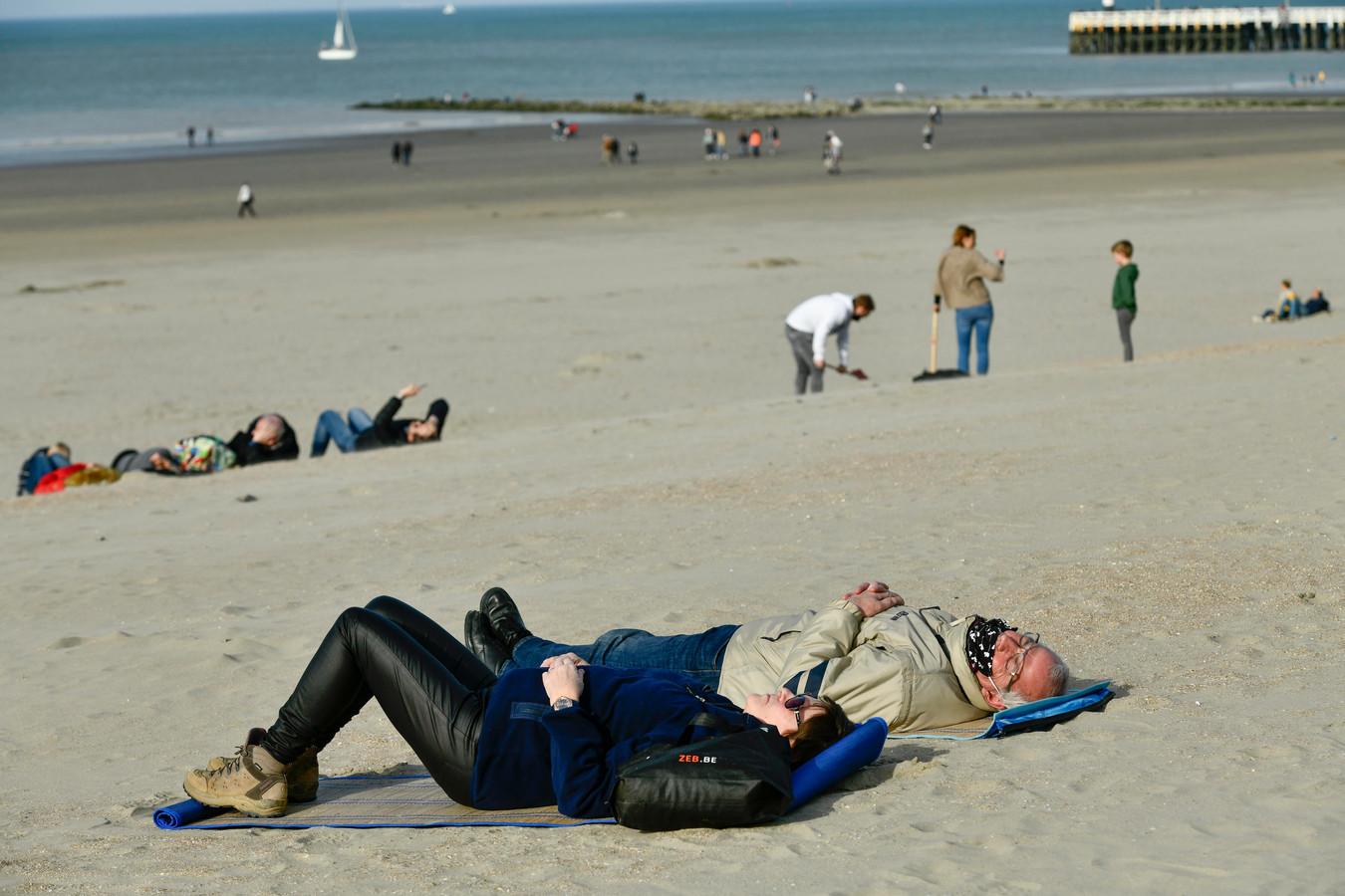 Genieten van de zon, met jas aan (photo by Florian Van Eenoo/Photo News)