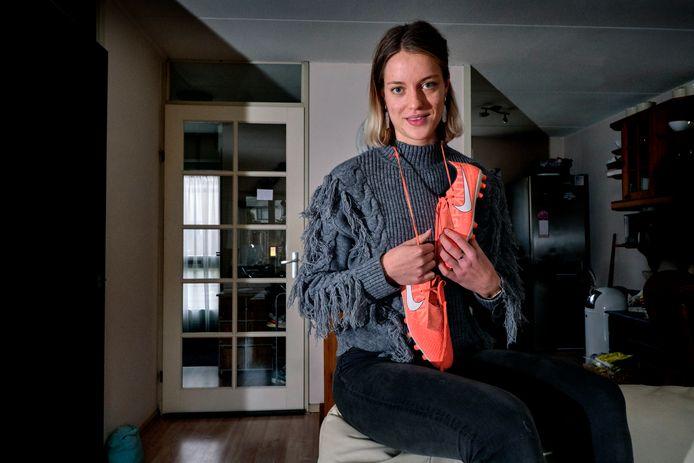De 20-jarige Annelia de Haan heeft een tussenjaar en zet zich nu in voor een voetbalproject met statushouders.