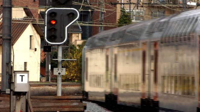 Eén meter door het rood: treinreizigers een uur geblokkeerd