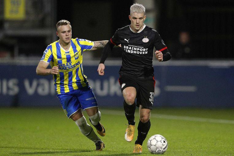 Lennerd Daneels (RKC Waalwijk) probeert Philipp Max (PSV) bij te houden tijdens de eredivisiewedstrijd op 19 december 2020 in Waalwijk. Beeld ANP