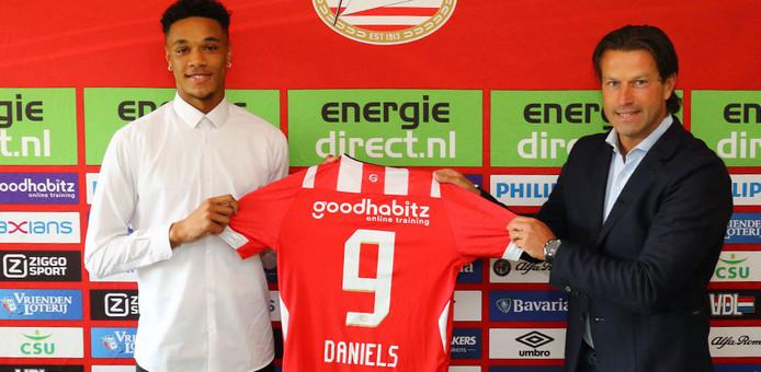 Djenairo Daniels en Ernest Faber, hoofd jeugdopleidingen bij PSV.