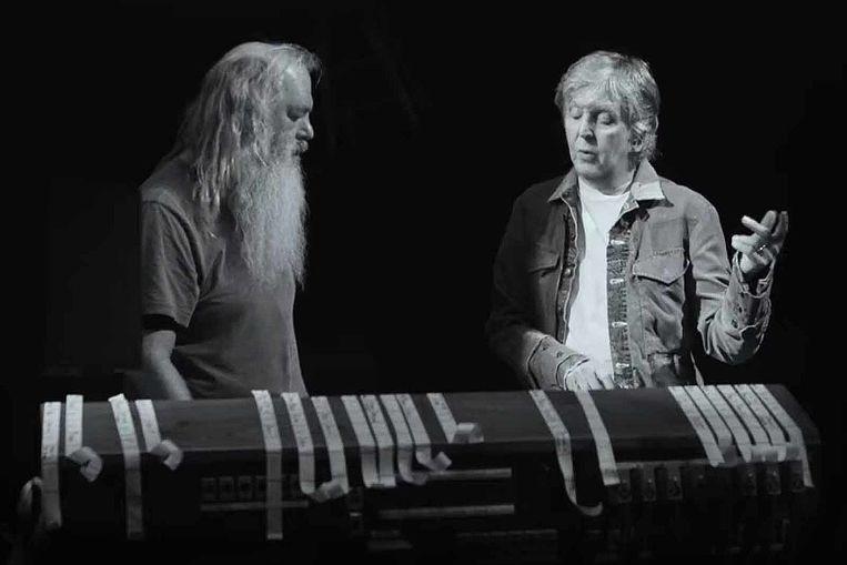 Rick Rubin (l) en Paul McCartney keuvelen over de totstandkoming van nummers van The Beatles.  Beeld HULU