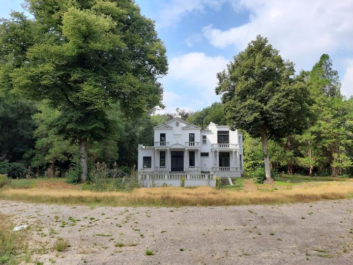 Villa Blanca ligt er in augustus 2019 erbarmelijk bij.