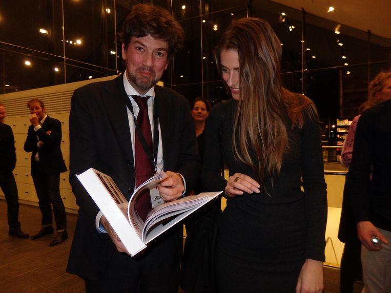 De gastheer en -dame. Stedelijkcurator Lennart Booij en Fleur Schoonhoven van Young Stedelijk. En de ADCN Annual Beeld Schuim