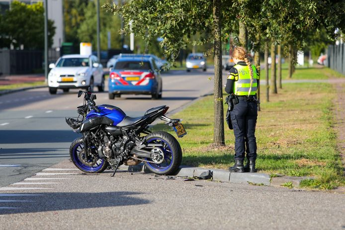 Op bedrijventerrein De Stadhoudersmolen in Apeldoorn ging het dinsdagavond mis: een motorrijdster en automobilist botsen door onbekende reden tegen elkaar aan.