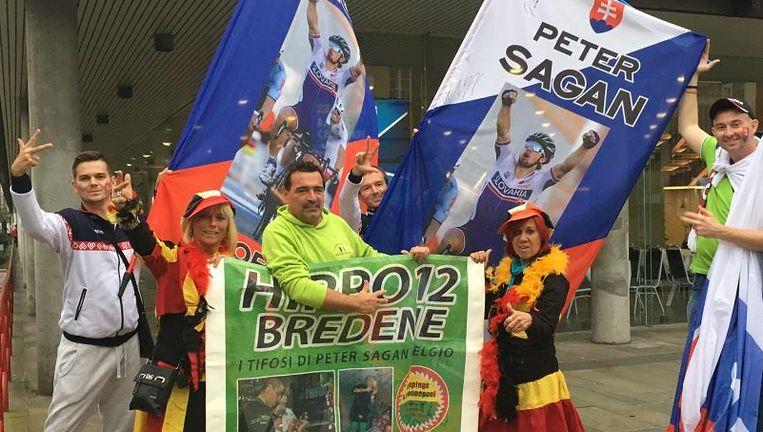 Een delegatie van Hippo 12 verbroederend met enkele supporters van de Slovaakse Sagan-fanclub. Beeld rv