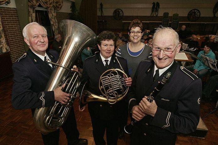 Van links naar rechts: Gerrit Klein Kranenbarg, Joke Kapers-Pakkert, dirigente Ira Wunnekink en Albert Lutke Willink. Foto: Jan Houwers.