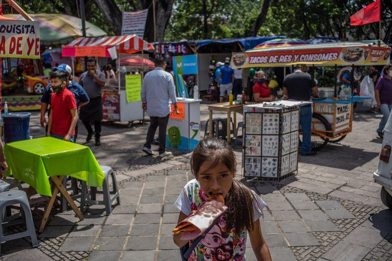 De kermis in Oaxaca biedt nog veel kraampjes met snacks en snoepgoed.  Beeld Alejandro Cegarra