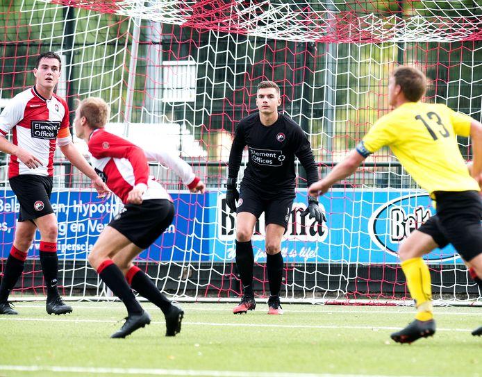 De voetballers van PVCV in actie, afgelopen september met in het doel keeper David Kraan. De club uit Vleuten overweegt de stap naar zaterdag te maken.
