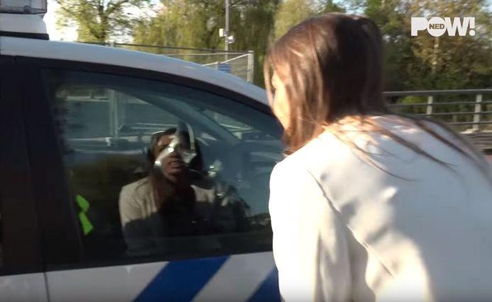 Als de verslaggeefster bij de agenten komt, rijden ze weg.