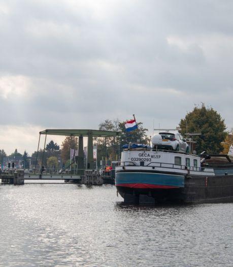 Scheepvaart in kanaal Almelo - De Haandrik gestremd door defecte brug bij Daarlerveen