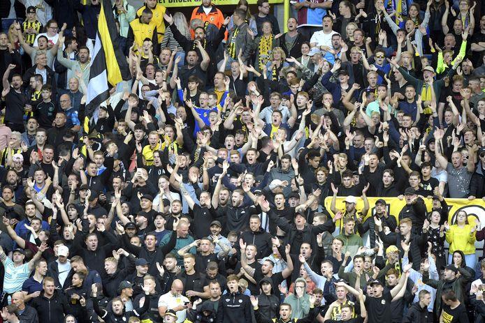 Feestende supporters van Vitesse tijdens de thuiswedstrijd tegen RSC Anderlecht, die de Arnhemmers met 2-1 wonnen en toegang gaf tot de groepsfase van de Conference League.