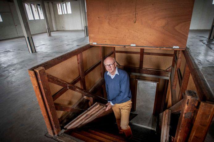 """Igno Wouters, terug in  het wolmagazijn van het familiebedrijf, Ververij & Twernerij Broekhoven. ,,Opa verstopte hier achter grote balen wol zijn Buick voor de Duitsers."""""""