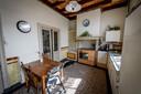 De keuken met terrazovloer en veel originele details.