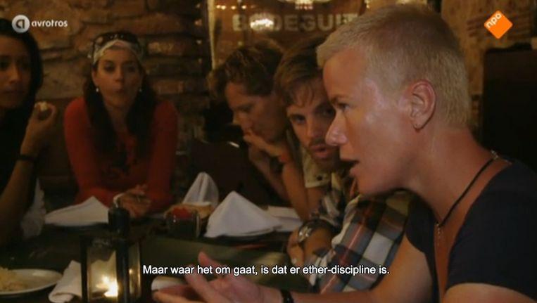 De Amsterdamse politiewoordvoerder Ellie Lust had de opdracht nog proberen te redden door uit te leggen hoe dat nou moest, zo'n portofoon gebruiken, maar tevergeefs. Beeld Screenshot Avrotros