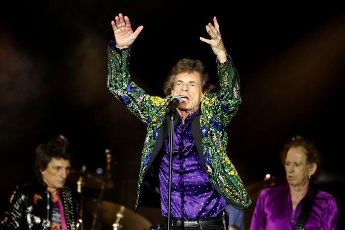 The Rolling Stones tijdens een show van de No Filter Tour in de Rose Bowl in Pasadena, Californië in augustus vorig jaar. Op de voorgrond Mick Jagger, links Keith Richards en Ronnie Wood.