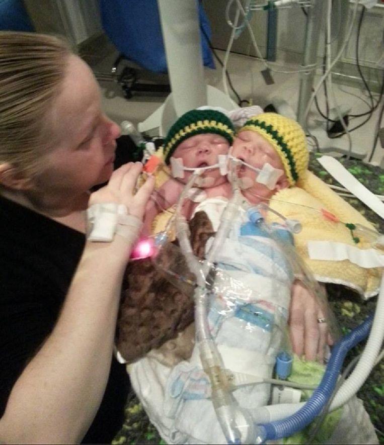 Moeder Robin met haar pasgeboren zoontjes.