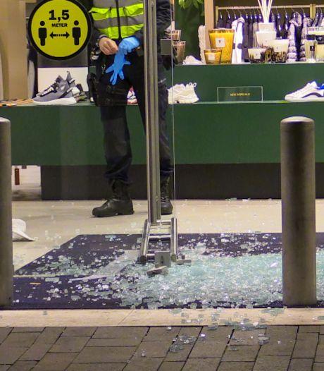 Veel schade na inbraak bij kledingwinkel Jurgen Langezaal in Enschede, daders spoorloos