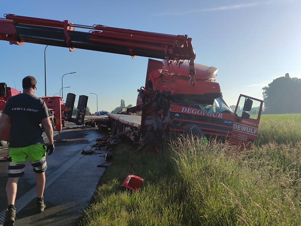 De vrachtwagen werd getakeld.