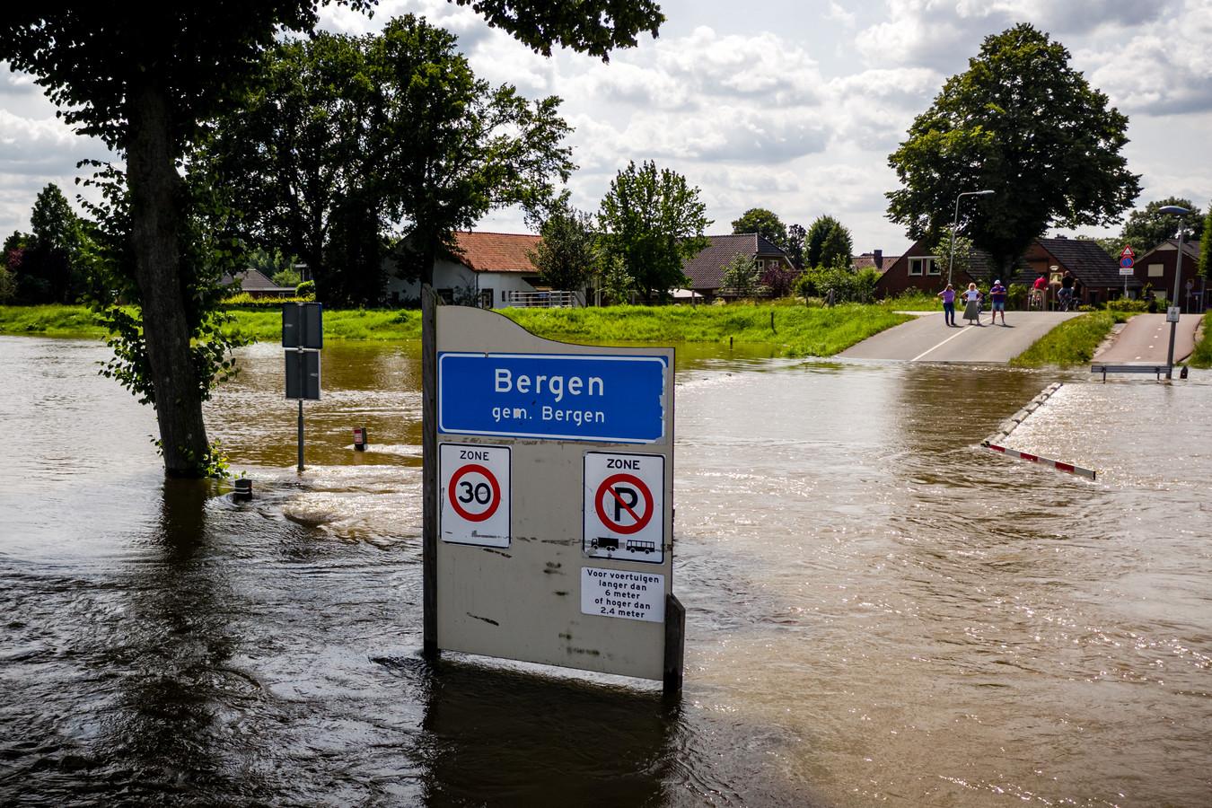 Door het hoge water in de Maas raakte het dorp Bergen volledig geïsoleerd van de buitenwereld. Limburg is uitgeroepen tot rampgebied na overstromingen als gevolg van hevige regenval.