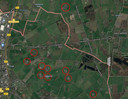 Een kaart van de buurtschap Zwolle en omgeving. De rode cirkels verwijzen naar boerenbedrijven die  zonnepanelen op hun daken willen leggen om stroom te leveren, maar dat tot nu toe niet voor elkaar krijgen.