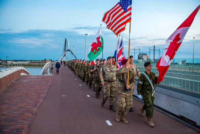 Tijdens de Vierdaagse lopen veel militairen die Nijmegen bezoeken ook de Sunset March.