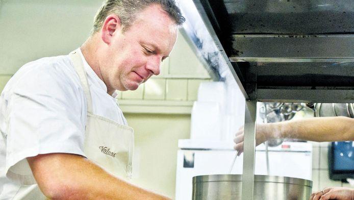 Chefkok Eric Swaghoven (l) van Valuas in Venlo vindt dat het steeds ingewikkelder werken wordt in de keuken.