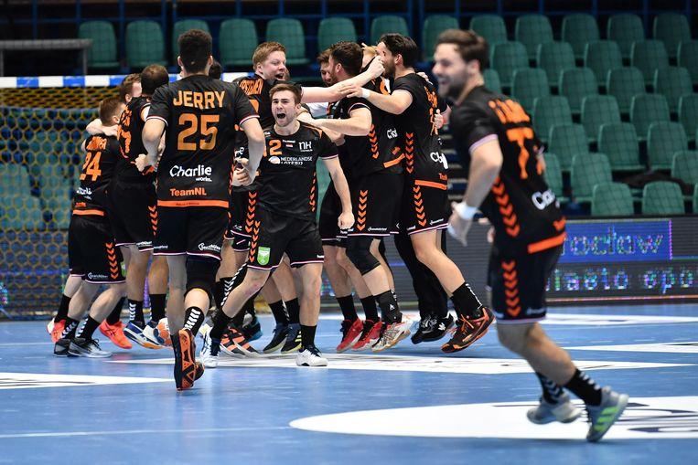 De Nederlandse spelers vierden de triomf op Polen. Beeld EPA
