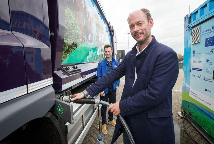 BREDA - Wethouder Daan Quaars tankt voor het eerst met een nieuwe vuilniswagen die op waterstof rijdt. Stefan Neis van Waterstof Net kijkt toe op de achtergrond.